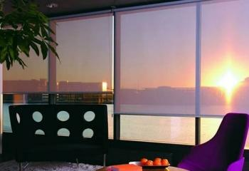 рулонные шторы на витражном окне