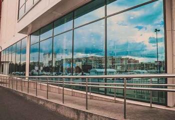 витражное остекления общественного здания в Белгороде